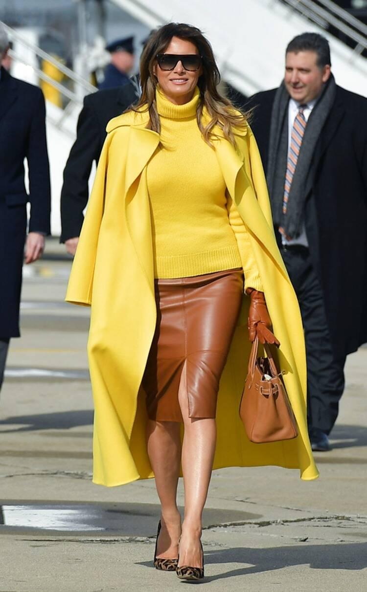 اطلالة مشرقية لميلانيا ترامب في معطف باللون الأصفر