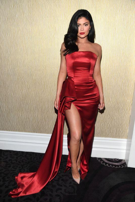 اطلالة أنثوية في فستان سهرة أحمر اعتمدتها كايلي جينير