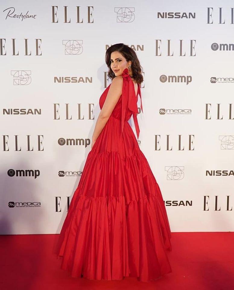 اطلالة أنثوية لنسرين طافش في فستان أحمر