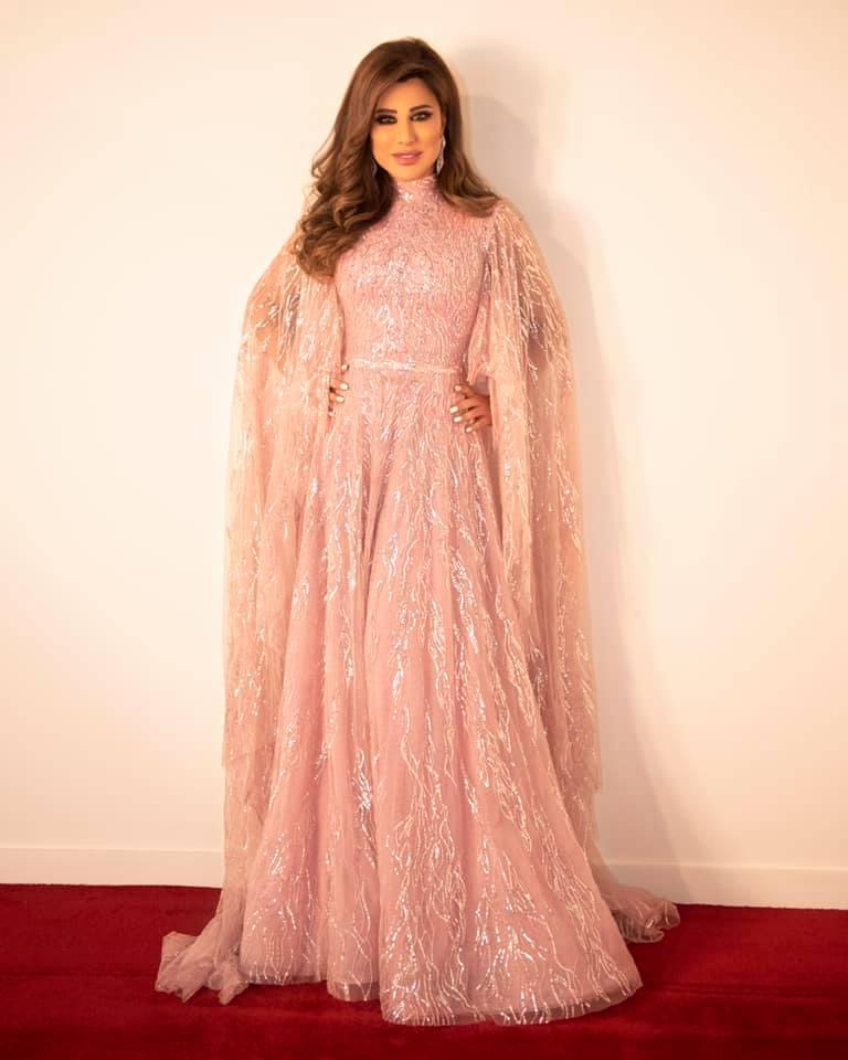 اطلالة أنثوية ناعمة لنجوى كرم في فستان باللون الزهري