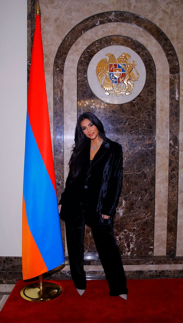 اطلالة أنيقة في بدلة من المخمل الأسود اعتمدتها كيم كارداشيان في أرمينيا