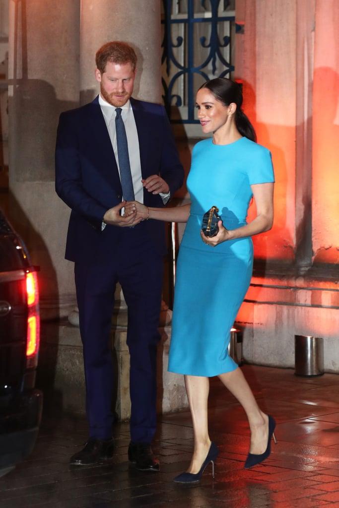 اطلالة أنيقة في فستان باللون الأزرق تألقت بها ميغان ماركل
