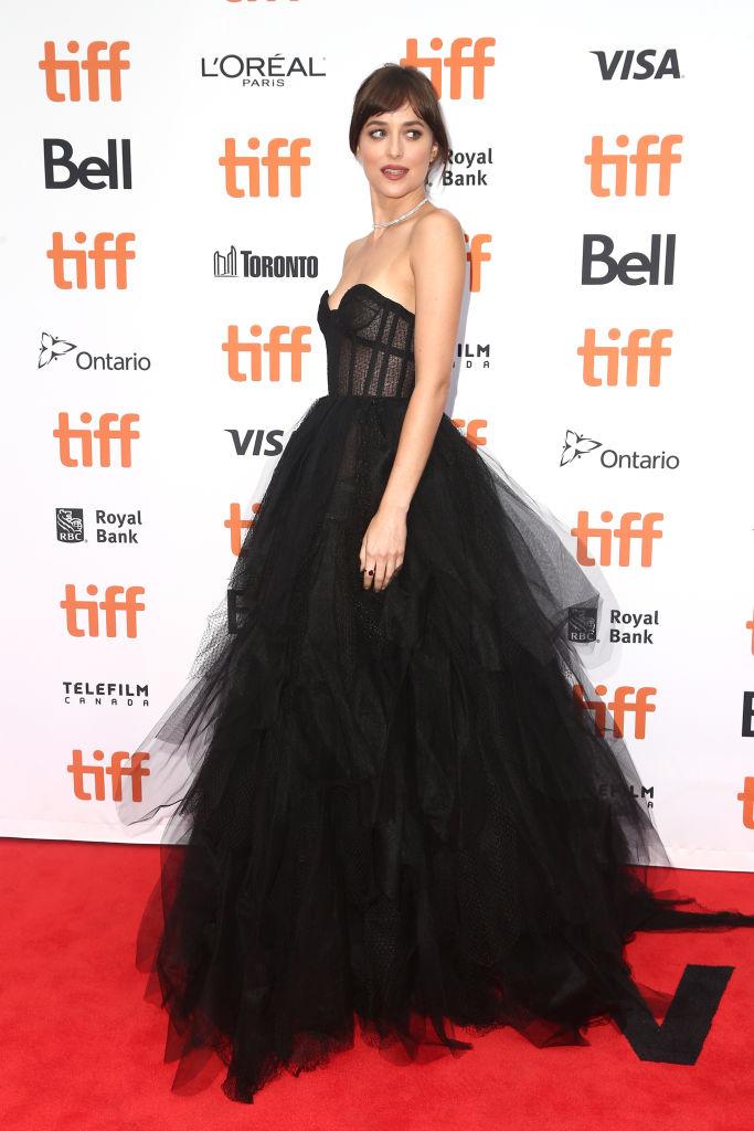 اطلالة رائعة لداكوتا جونسون في فستان أسود من ديور