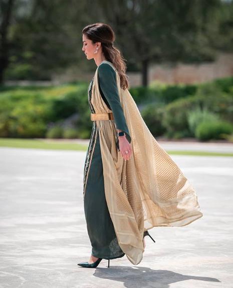 اطلالة شرقية تألقت بها الملكة رانيا