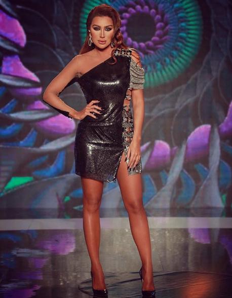 إطلالة عصرية في فستان براق أسود اختارتها مايا دياب