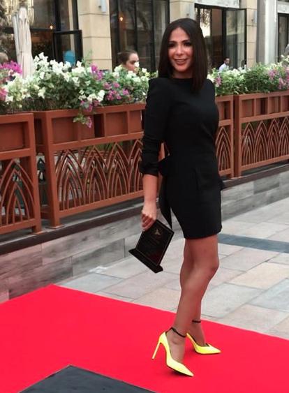 اطلالة عصرية في فستان أسود قصير