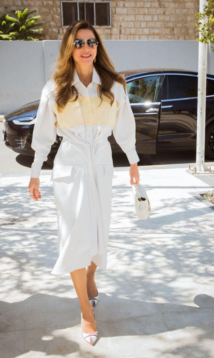 اطلالة صيفية أنيقة في فستان أبيض اعتمدتها الملكة رانيا