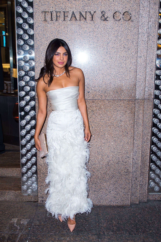تألقت بريانكا شوبرا في فستان أبيض