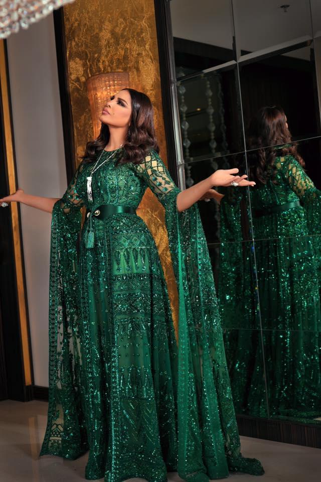 تألقت أحلام في فستان براق باللون الأخضر