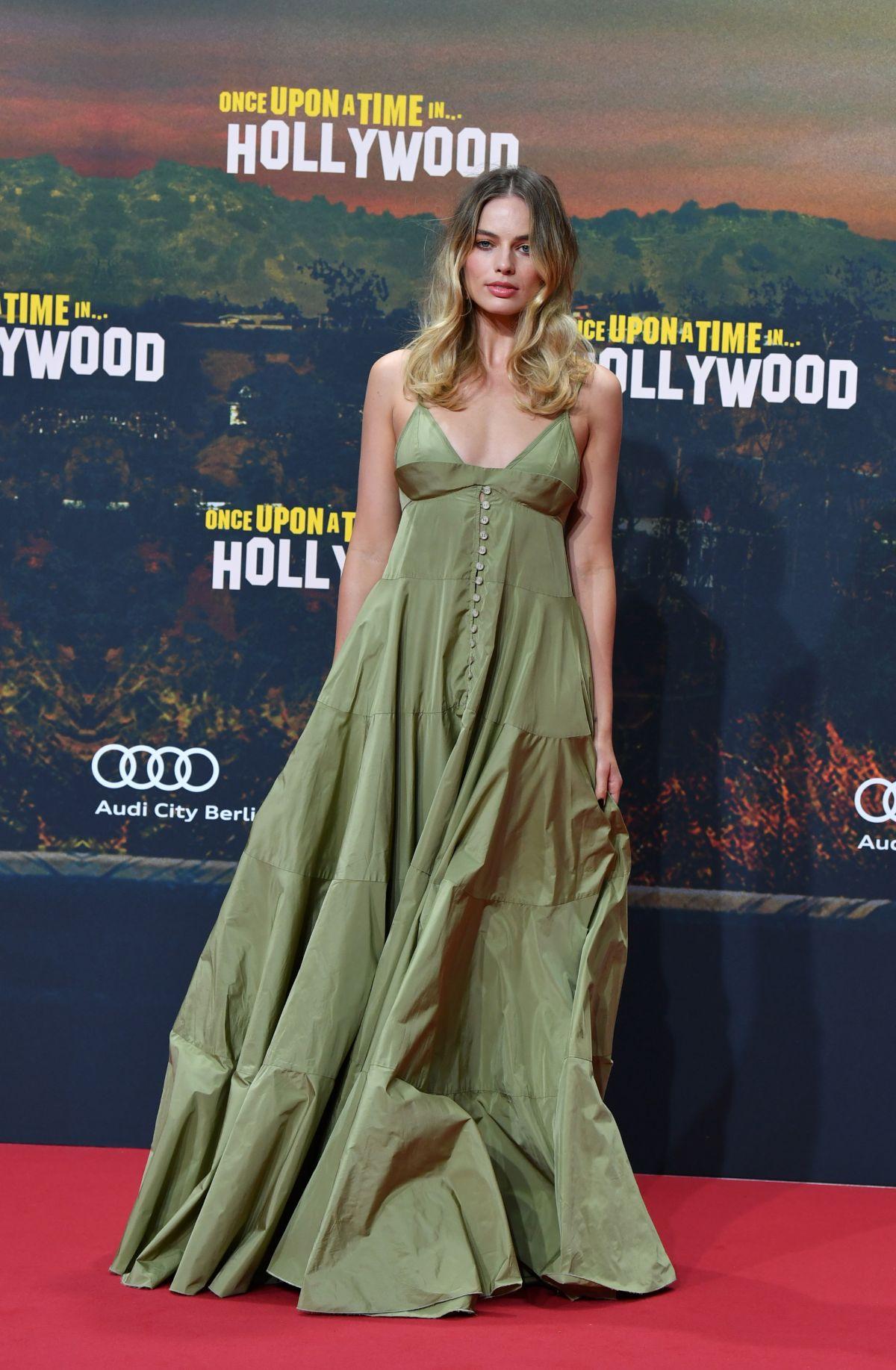 تألقت مارغو روبي في فستان ناعم ماكسي باللون الأخضر