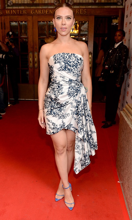 تألقت سكارليت جوهانسون في فستان قصير من أوسكار دي لا رينتا