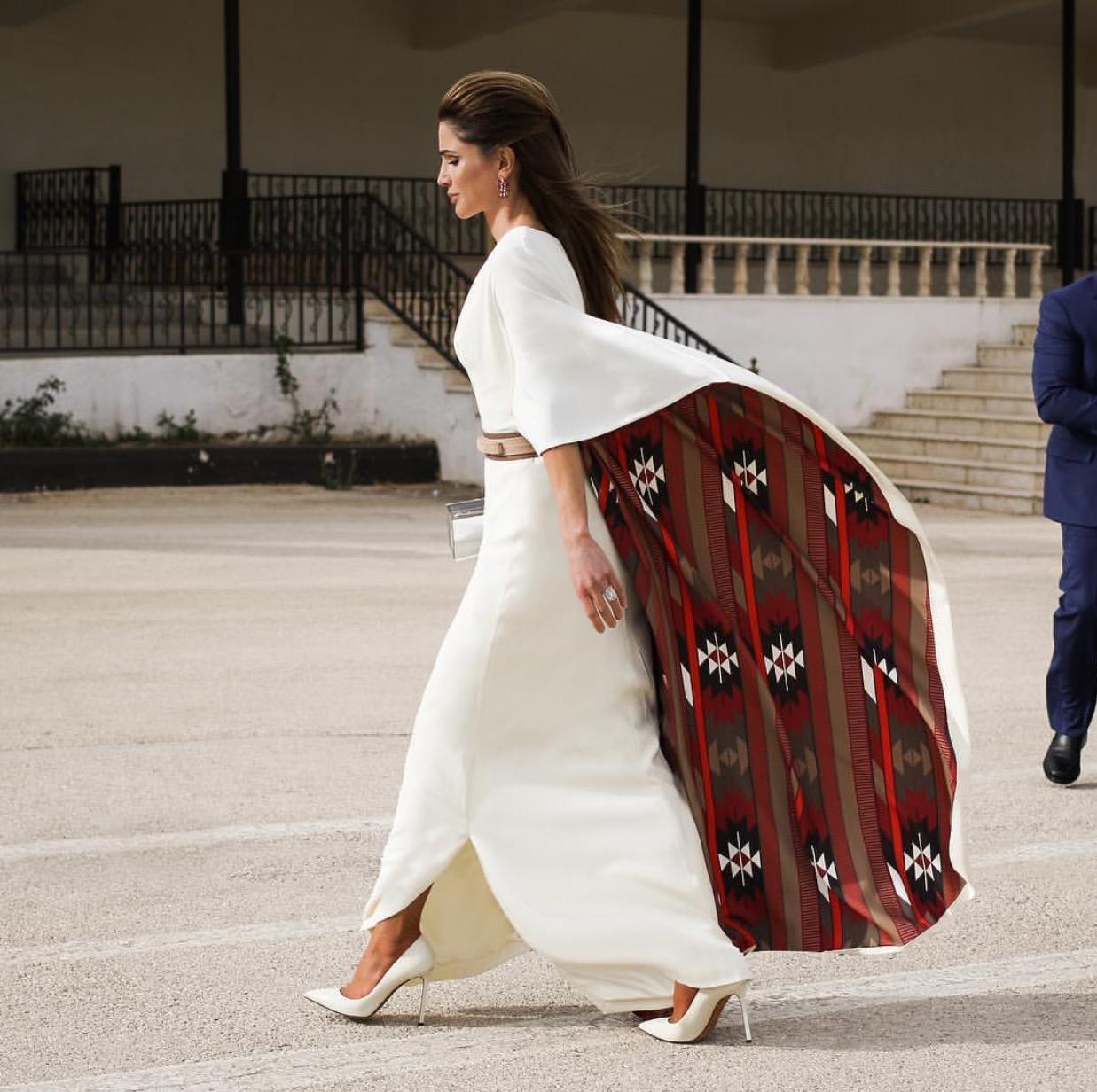 اعتمدت الملكة رانيا اطلالة شرقية فاخرة بالأبيض