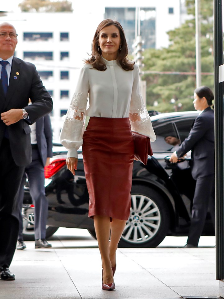 تنسيق أنيق في تنورة جلد حمراء مع قميص أبيض اعتمدتها الملكة ليتيسيا