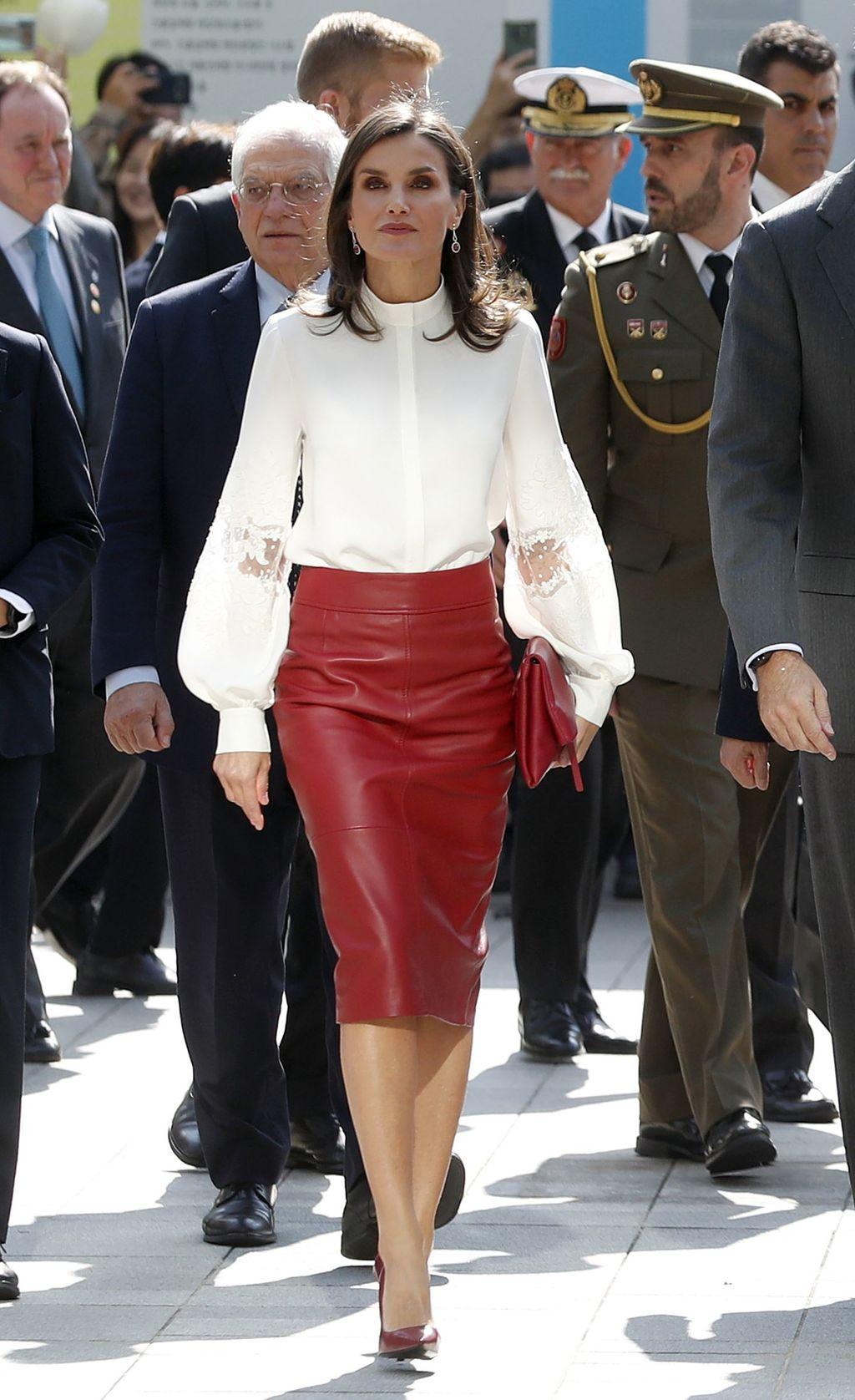 تنسيق شبابي في تنورة ميدي جلد وقميص أبيض اعتمدته الملكة ليتيسيا