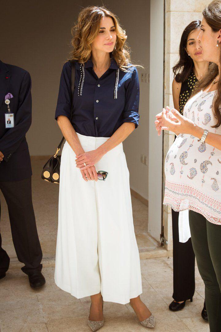 تنسيق صيفي ناعم في البنطلون الواسع والقميص اعتمدته الملكة رانيا