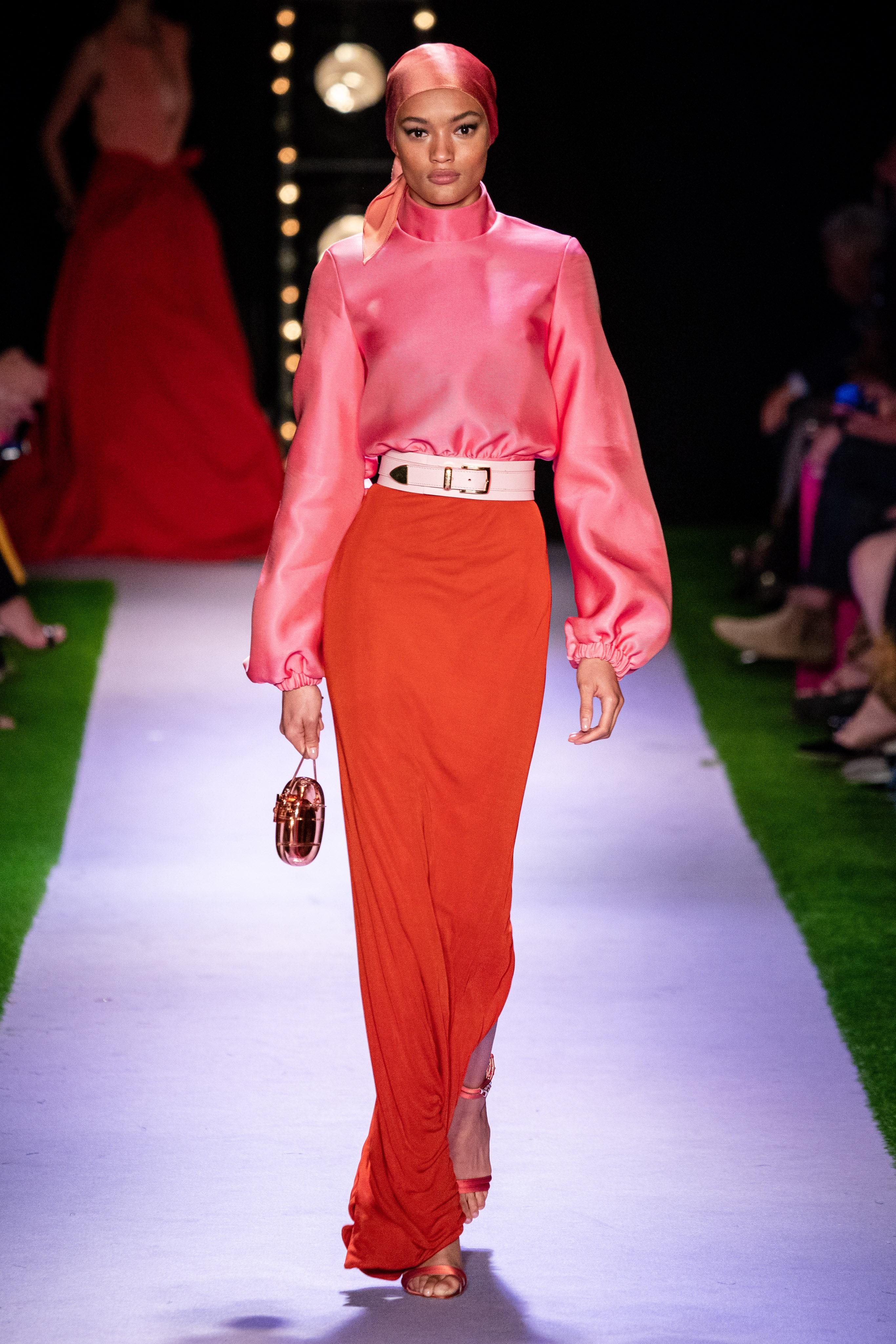 تنورة ماكسي باللون الأحمر من براندون ماكسويل