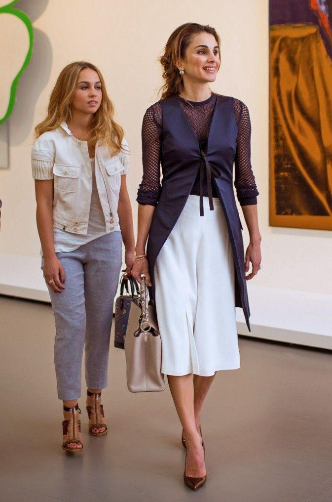 تنورة ميدي باللون الأبيض اعتمدتها الملكة رانيا لاطلالة صيفية