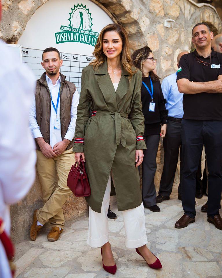 ترانشكوت نسقته الملكة رانيا مع بنطلون أبيض