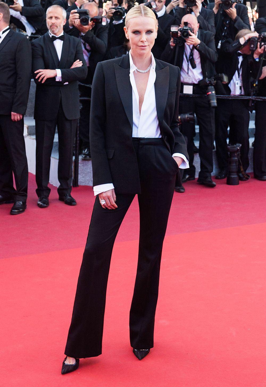 تشارليز ثيرون في بدلة باللون الأسود من ديور
