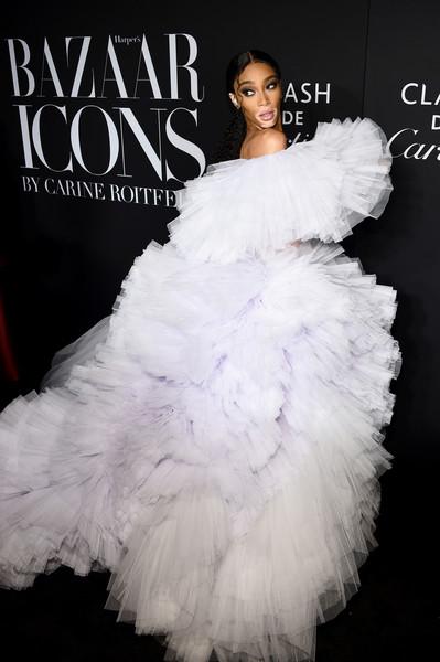 ويني هارلو في فستان من التول الأبيض