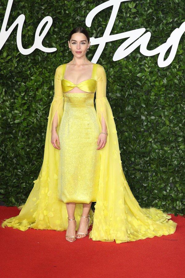 ايمليا كلارك في فستان أصفر من سكياباريلي