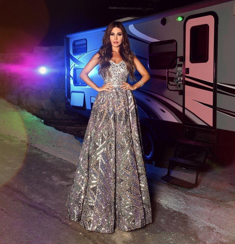 يارا في فستان من الترتر الفضي البراق