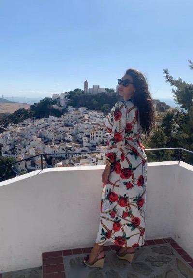 ياسمين صبري في فستان ربيعي ماكسي