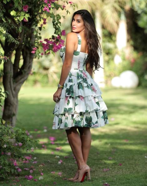 ياسمين صبري أنيقة في فستان ميدي معرق