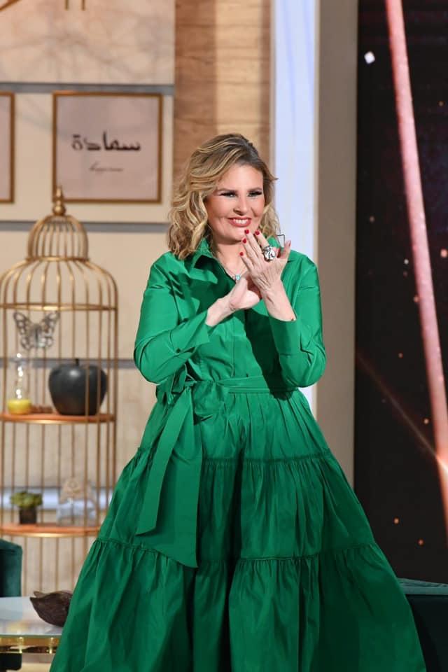 يسرا أنيقة في فستان قميص باللون الأخضر