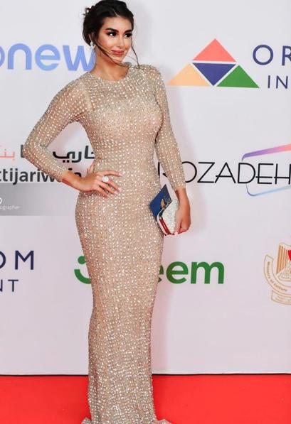 فستان براق من الكريستال تألقت به ياسمين صبري