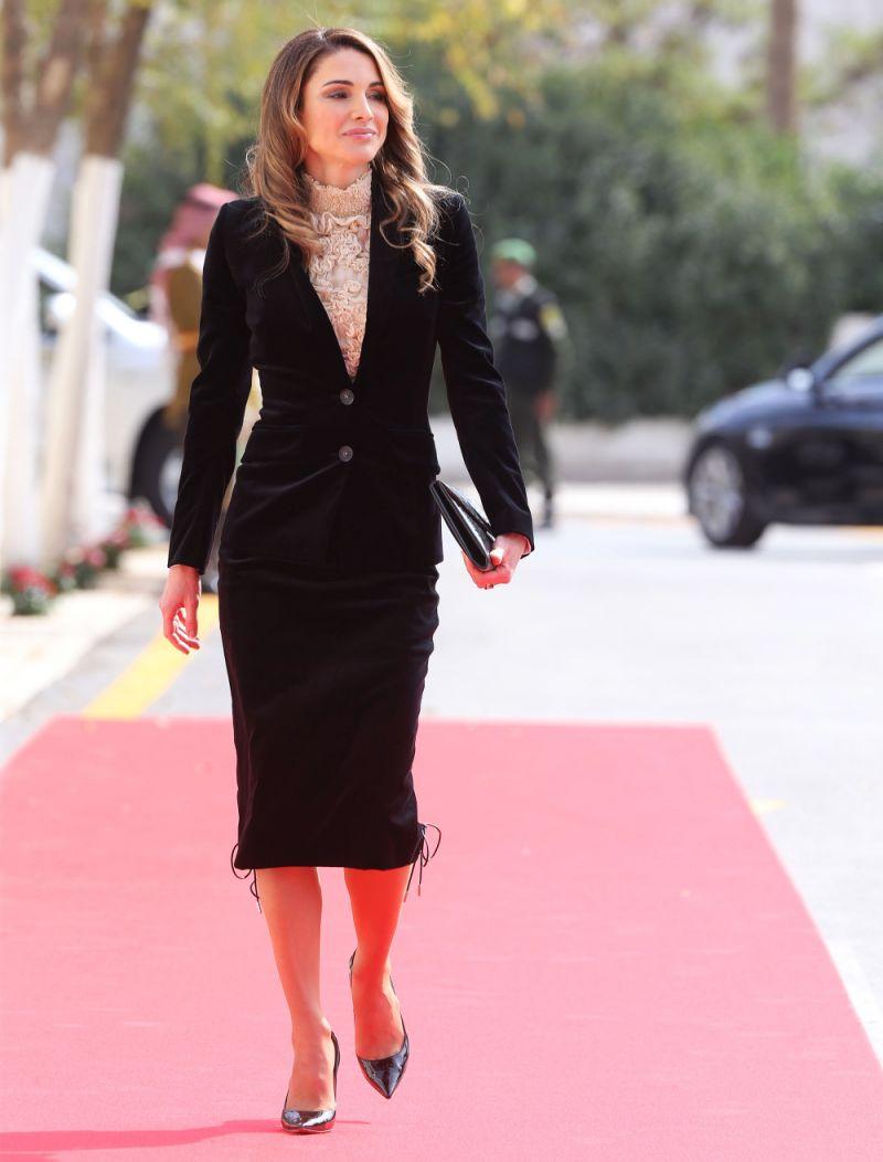 فستان أنيق ميدي من المخمل تألقت به الملكة رانيا