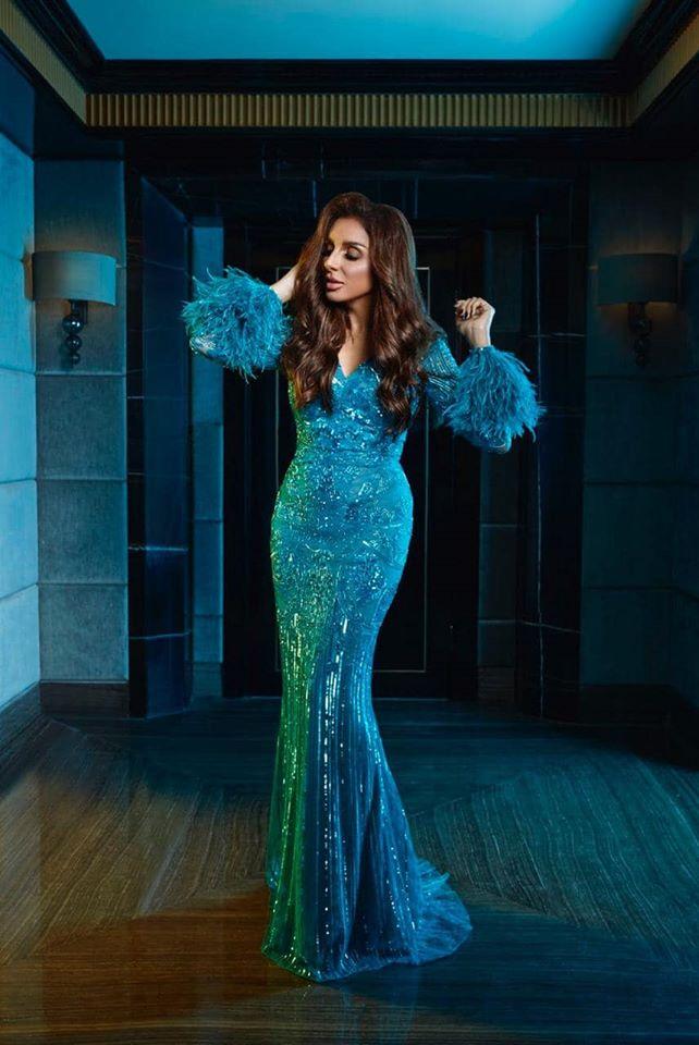 أنغام في فستان أزرق مزين بالريش من زهير مراد