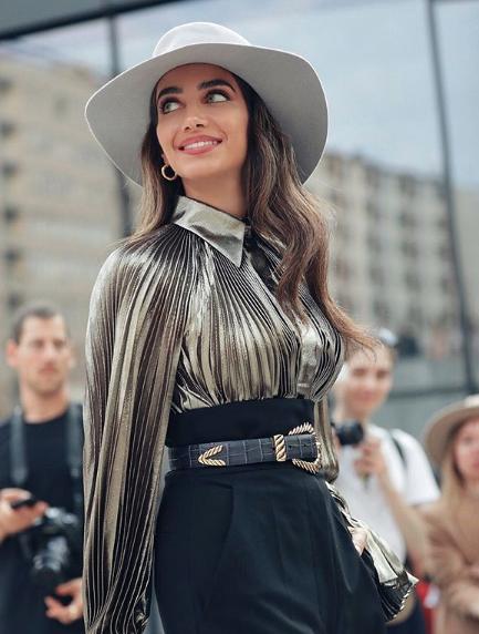 جيسيكا قهواتي اختارت قبعة لافتة وحزام من الجلد