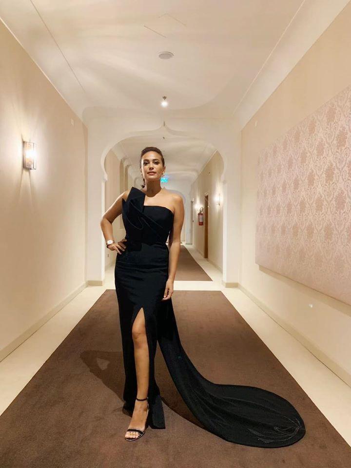 اختارت هند صبري فستان أسود بتصميم ناعم