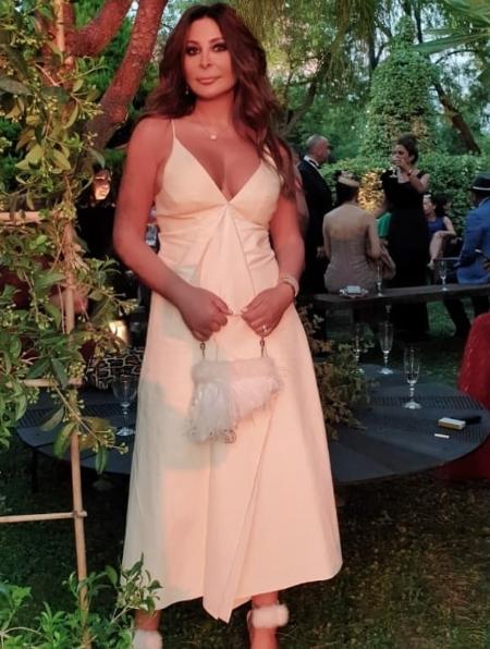 اختارت اليسا فستان أبيض ناعم