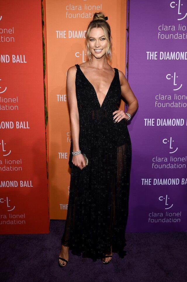 كارلي كلوس في فستان أسود من ديور