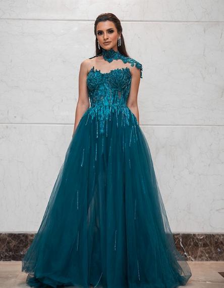 كارمن سليمان في فستان من التول والدانتيل في حفلها في مصر