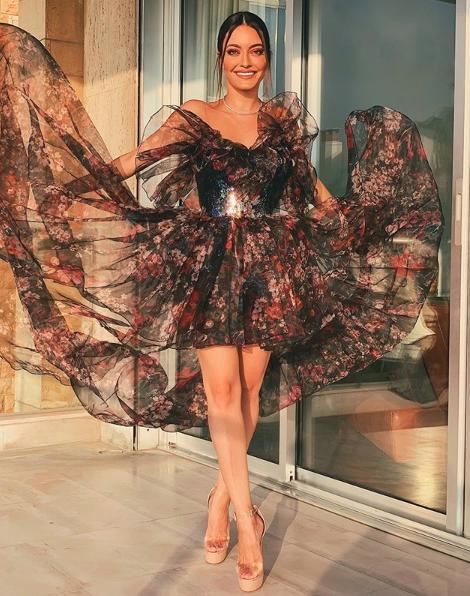 كارن وازن في فستان من الشيفون المعرق