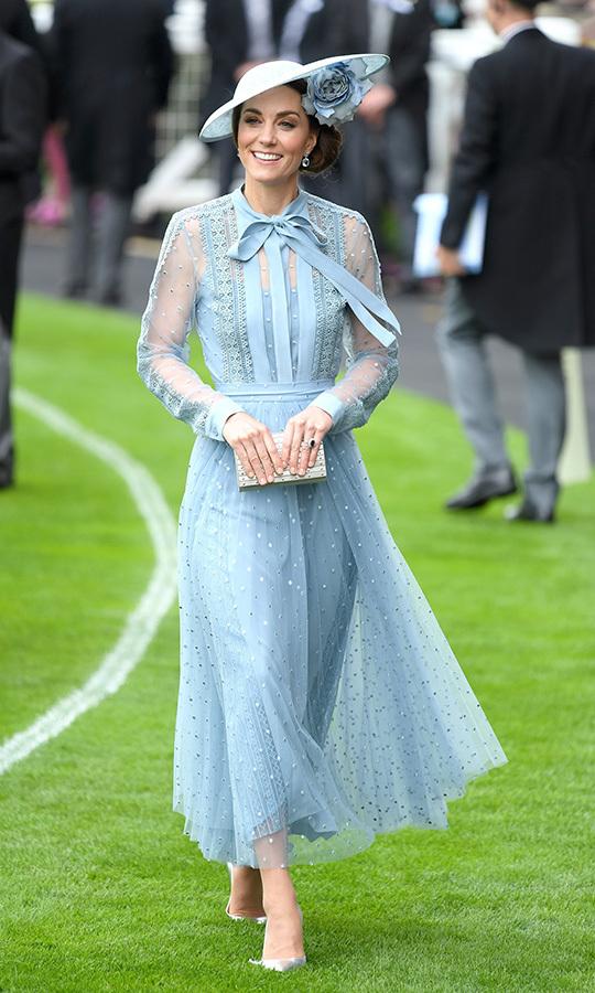 كايت ميدلتون في فستان باللون الأزرق من ايلي صعب