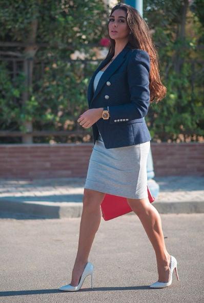البليزر مع الفستان بأسلوب ياسمين صبري
