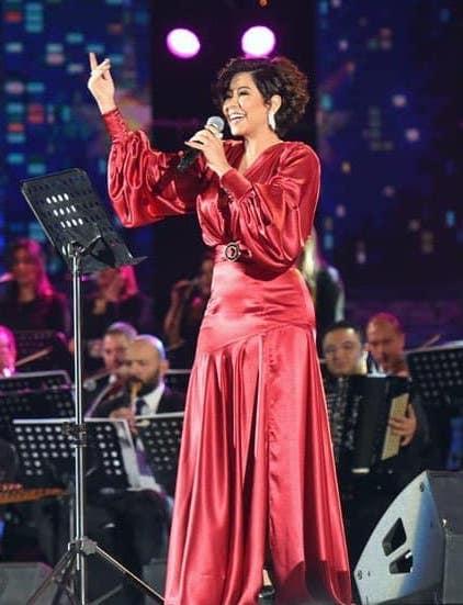 فستان من الساتان الأحمر اختارته شيرين لحفلها في السعودية