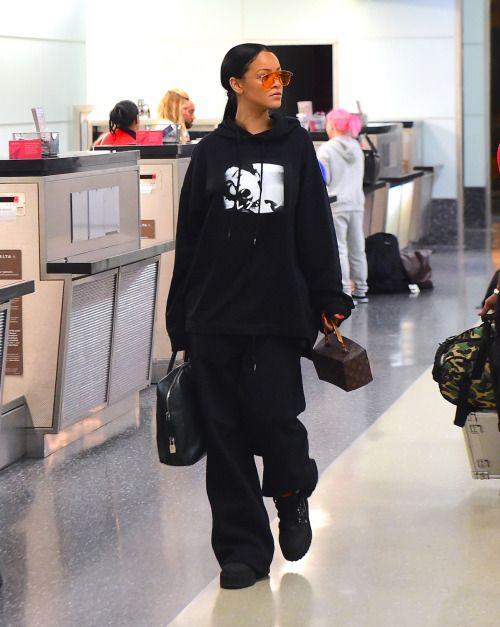 لوك باللون الأسود نسقته ريهانا في المطار