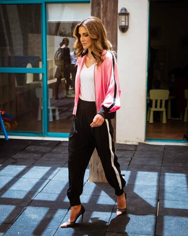 لوك مستوحى من الملابس الرياضية اعتمدته الملكة رانيا (في النص)