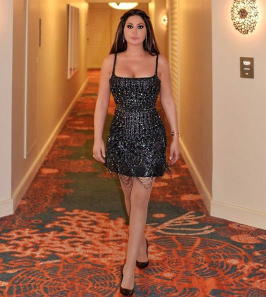 اليسا في فستان براق من لابورجوازي