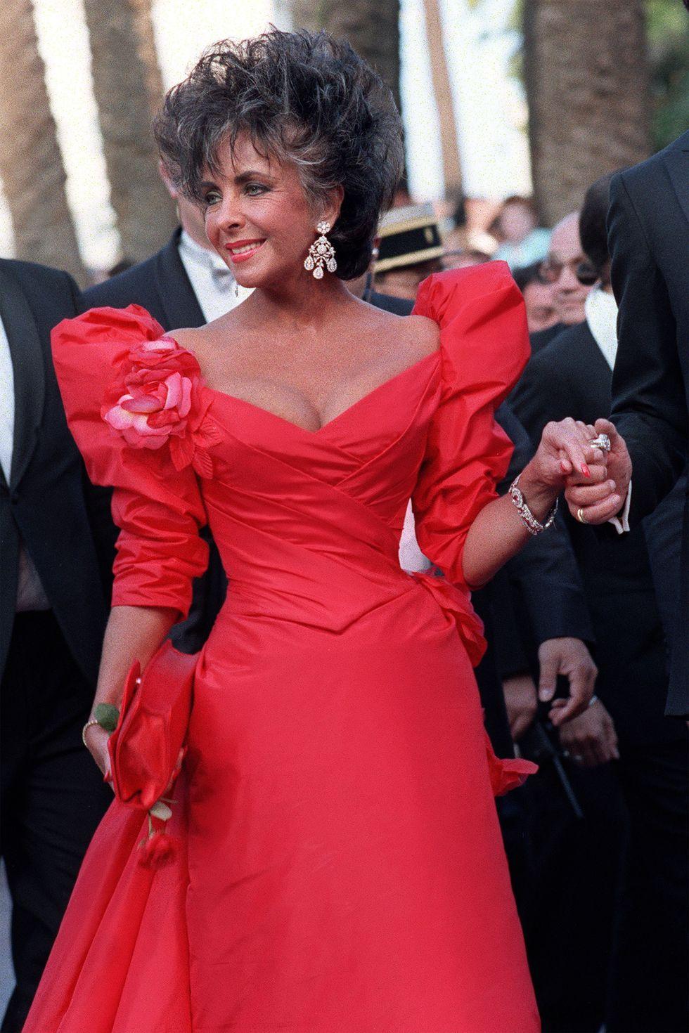 اليزابيت تايلور متألقة في فستان أحمر عام ١٩٨٧