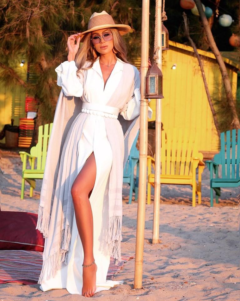 مايا دياب نسقت لوك صيفي أنيق باللون الأبيض