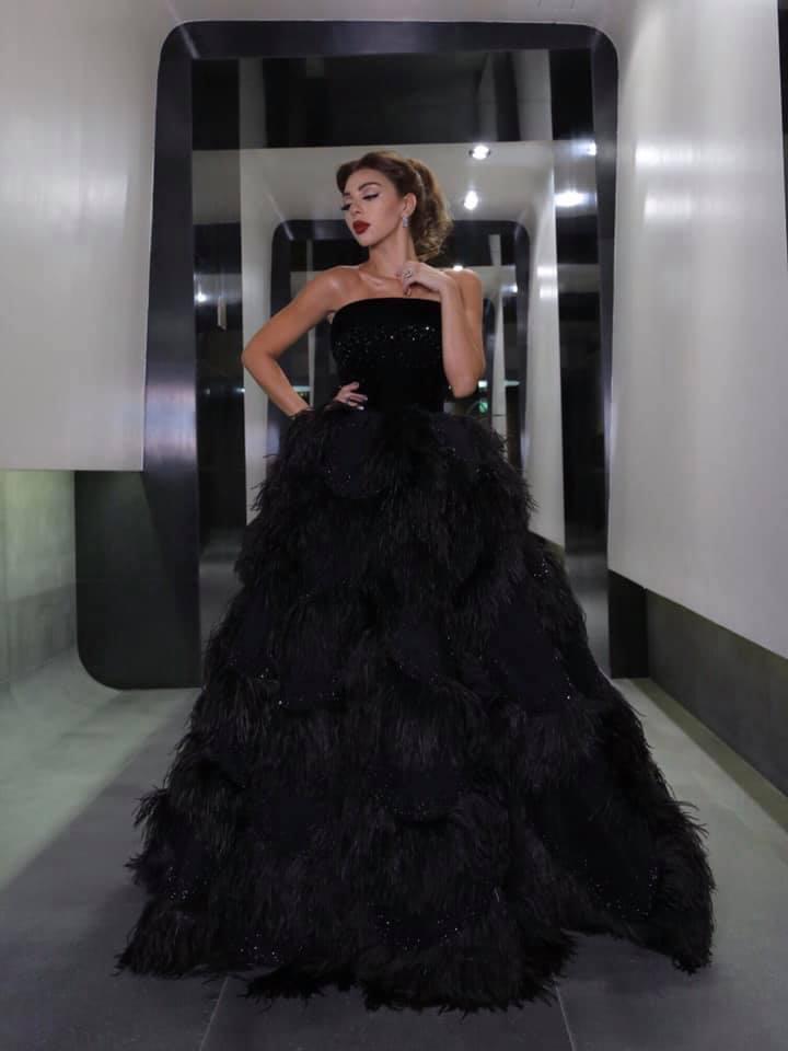 ميريم فارس في فستان أسود ريش