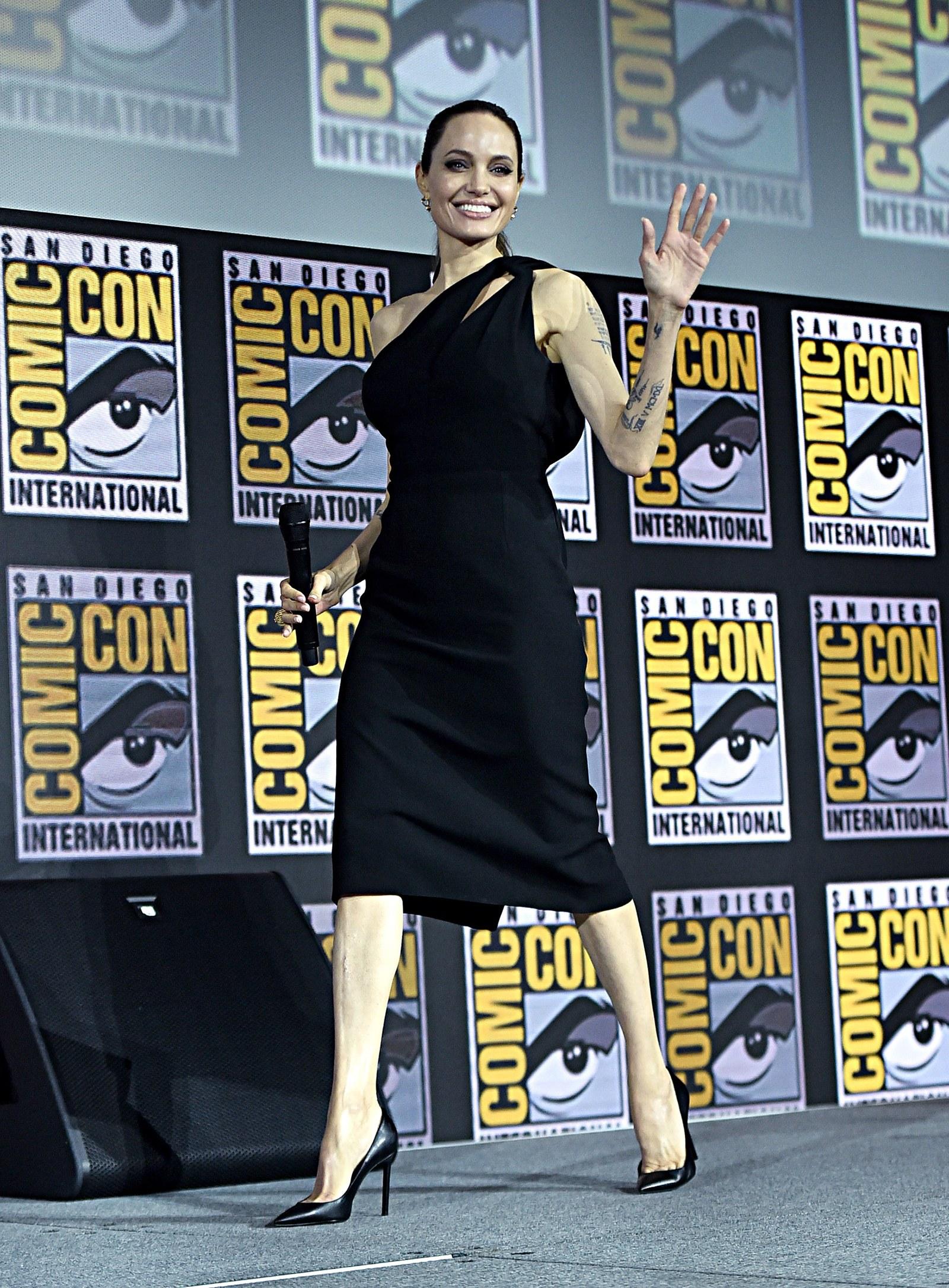 أنجلينا جولي في فستان أسود من سانت لوران