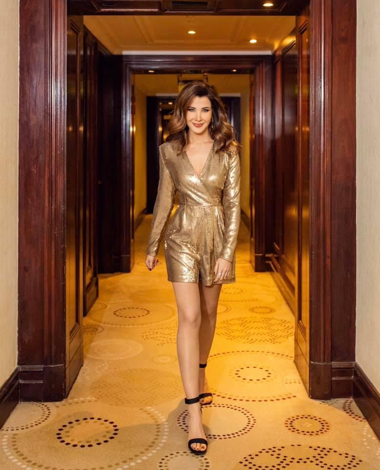 نانسي عجرم في جمبسوت شورت باللون الذهبي