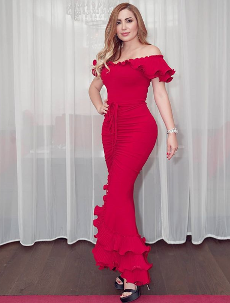 نسرين طافش في فستان أحمر اوف شولدرز